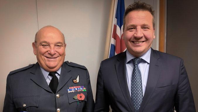 Председатель военного комитета НАТО проводит переговоры с директором департамента безопасности и обороны Исландии Арнором Сигурйонссоном